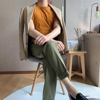 Rotbraunes T-Shirt mit einem Rundhalsausschnitt kombinieren – 68 Herren Outfits: Kombinieren Sie ein rotbraunes T-Shirt mit einem Rundhalsausschnitt mit einer olivgrünen Anzughose, um einen modischen Freizeitlook zu kreieren. Ergänzen Sie Ihr Outfit mit schwarzen Leder Slippern, um Ihr Modebewusstsein zu zeigen.
