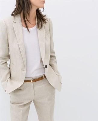 Wie kombinieren: hellbeige Leinen Sakko, weißes T-Shirt mit einem Rundhalsausschnitt, hellbeige Leinen Anzughose, beige Ledergürtel