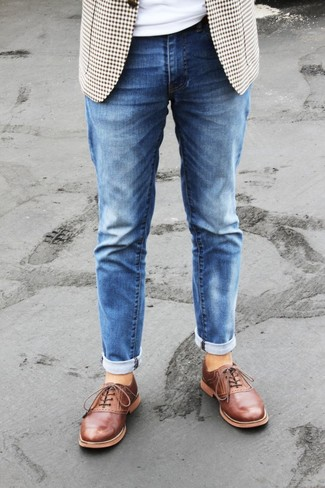 Wie kombinieren: hellbeige Sakko mit Vichy-Muster, weißes T-Shirt mit einem Rundhalsausschnitt, blaue Jeans, rotbraune Leder Oxford Schuhe