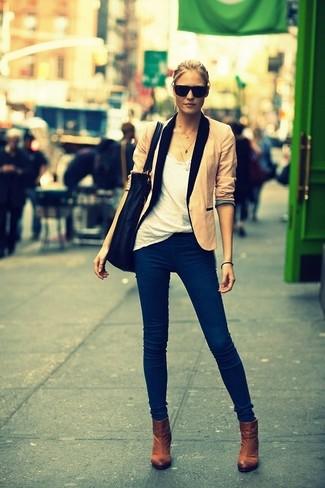 Beige Sakko kombinieren – 136 Damen Outfits: Die Kombination aus einem beige Sakko und dunkelblauen Jeans schafft die ideale Balance zwischen einem Freizeit-Look und zeitgenössische Charme. Braune Stiefeletten sind eine großartige Wahl, um dieses Outfit zu vervollständigen.