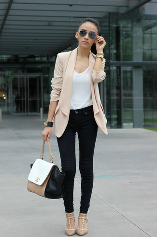 Wie kombinieren: hellbeige Seidesakko, weißes T-Shirt mit einem Rundhalsausschnitt, schwarze Jeans, hellbeige Pumps