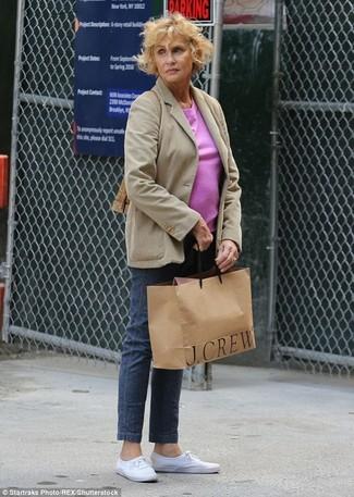 Lauren Hutton trägt Hellbeige Sakko, Fuchsia T-Shirt mit Rundhalsausschnitt, Dunkelblaue Jeans, Weiße Leinenschuhe