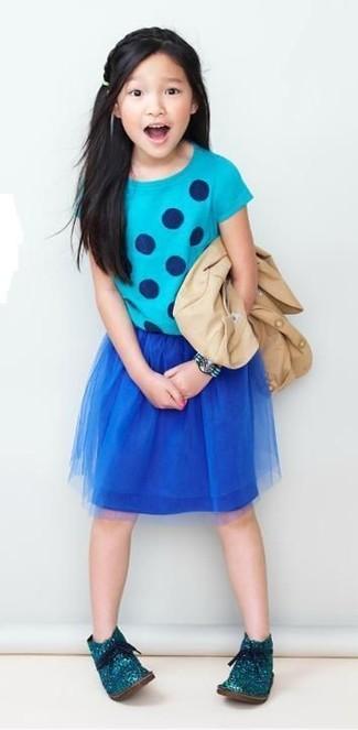 Wie kombinieren: hellbeige Sakko, türkises gepunktetes T-shirt, dunkelblauer Rock aus Netzstoff, dunkeltürkise Chukka-Stiefel