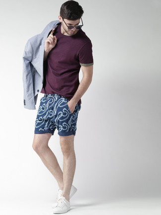 Wie kombinieren: hellblaues Sakko, dunkellila T-Shirt mit einem Rundhalsausschnitt, dunkelblaue bedruckte Shorts, weiße niedrige Sneakers