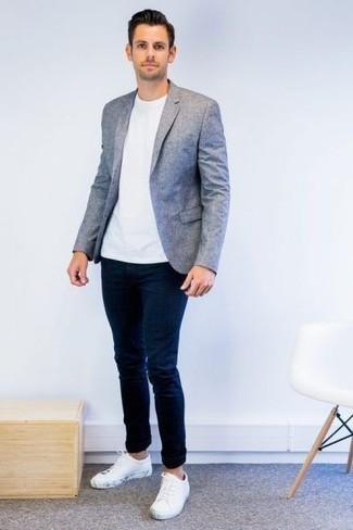 Hellblaues Sakko kombinieren – 311 Herren Outfits: Kombinieren Sie ein hellblaues Sakko mit dunkelblauen engen Jeans für einen bequemen Alltags-Look. Weiße Segeltuch niedrige Sneakers sind eine kluge Wahl, um dieses Outfit zu vervollständigen.