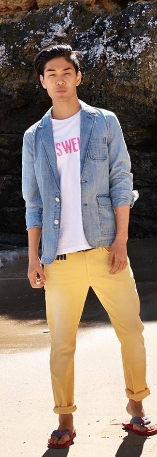 Wie kombinieren: hellblaues Jeanssakko, weißes und rosa bedrucktes T-Shirt mit einem Rundhalsausschnitt, gelbe Chinohose, rote und dunkelblaue Zehensandalen