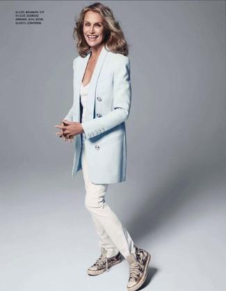 Wie kombinieren: hellblaues Sakko, weißes T-Shirt mit einem V-Ausschnitt, weiße Jeans, graue hohe Sneakers aus Segeltuch