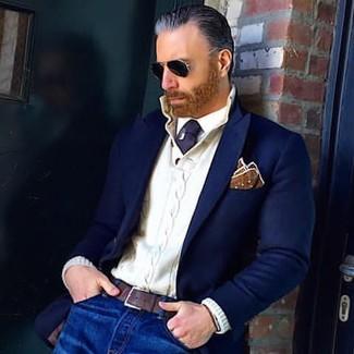 Wie kombinieren: dunkelblaues Wollsakko, weißer Strick Henley-Pullover, weißes Businesshemd, blaue Jeans