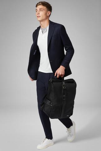 Wie kombinieren: dunkelblaues Sakko, weißer Henley-Pullover, graues T-Shirt mit einem Rundhalsausschnitt, dunkelblaue Chinohose