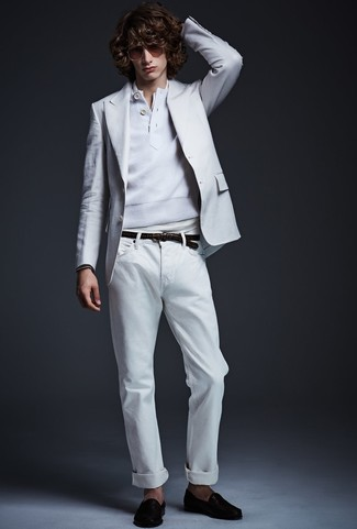 Wie kombinieren: weißes Sakko, weißer Henley-Pullover, weißes T-shirt mit einer Knopfleiste, weiße Jeans