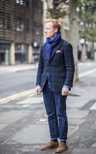 Wie kombinieren: dunkelblaues und grünes Sakko mit Schottenmuster, dunkelblaue Jeans, braune Wildleder Derby Schuhe, orange Einstecktuch