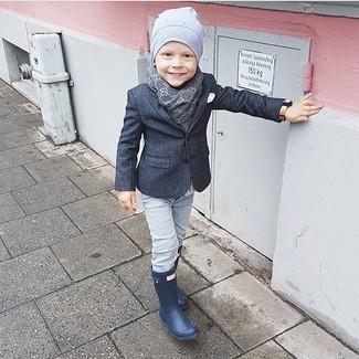 Wie kombinieren: dunkelgraues Sakko, graue Jeans, dunkelblaue Gummistiefel, graue Mütze