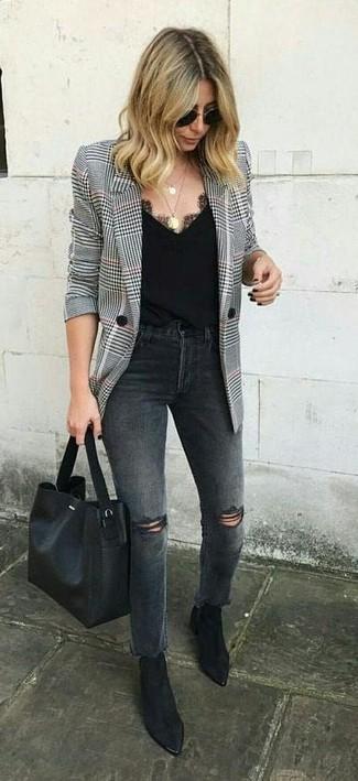 Wie kombinieren: weißes und schwarzes Sakko mit Hahnentritt-Muster, dunkelgraue Jeans mit Destroyed-Effekten, schwarze Wildleder Stiefeletten, schwarze Shopper Tasche aus Leder