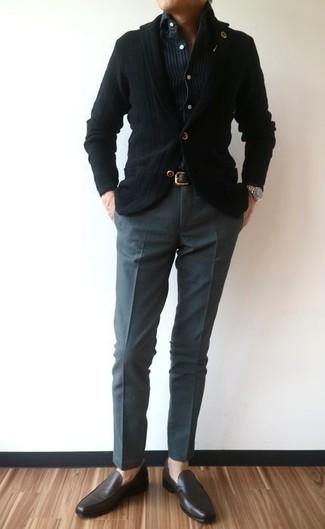 Wie kombinieren: schwarzes Strick Sakko, dunkelblaues vertikal gestreiftes Jeanshemd, dunkelgraue Anzughose, dunkelbraune Leder Slipper
