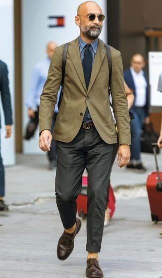 Wie kombinieren: olivgrünes Sakko, blaues Jeanshemd, schwarze Anzughose, dunkelbraune Leder Derby Schuhe