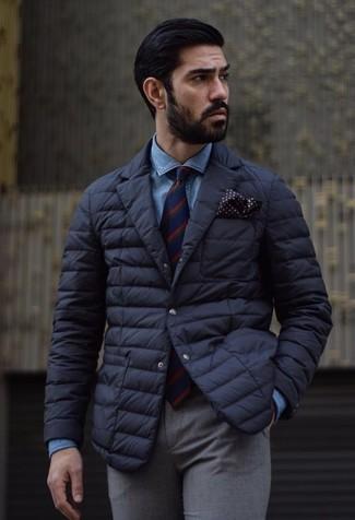Wie kombinieren: schwarzes gestepptes Sakko, blaues Jeanshemd, graue Wollanzughose, rote und dunkelblaue vertikal gestreifte Krawatte