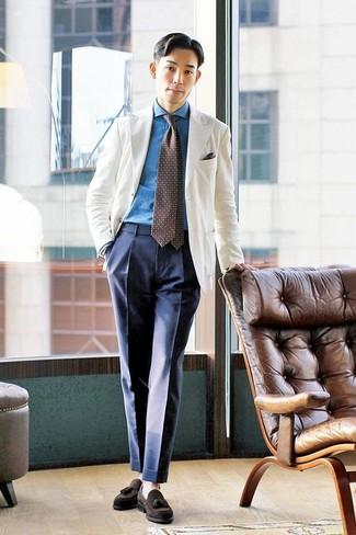 Wie kombinieren: weißes Sakko, blaues Jeanshemd, dunkelblaue Anzughose, dunkelbraune Wildleder Slipper mit Quasten