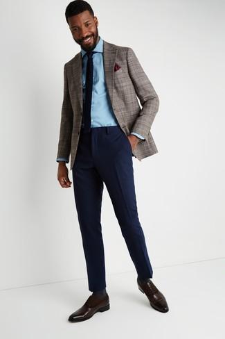 Wie kombinieren: braunes Sakko mit Hahnentritt-Muster, hellblaues Jeanshemd, dunkelblaue Wollanzughose, dunkelbraune Leder Oxford Schuhe