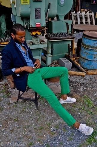 Dunkelblaues Jeanshemd kombinieren: trends 2020: Erwägen Sie das Tragen von einem dunkelblauen Jeanshemd und einer grünen Chinohose für ein sonntägliches Mittagessen mit Freunden. Vervollständigen Sie Ihr Look mit weißen niedrigen Sneakers.