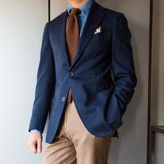 Wie kombinieren: dunkelblaues Sakko, blaues Jeanshemd, beige Chinohose, braune Wollkrawatte
