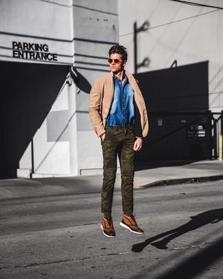 Wie kombinieren: beige Sakko, blaues Jeanshemd, olivgrüne Camouflage Chinohose, beige hohe Sneakers aus Segeltuch