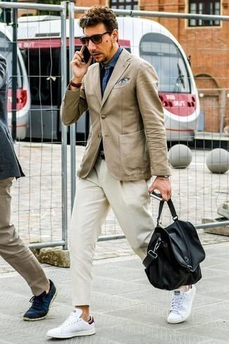 Blaues Jeanshemd kombinieren: trends 2020: Paaren Sie ein blaues Jeanshemd mit einer hellbeige Chinohose für ein sonntägliches Mittagessen mit Freunden. Weiße Leder niedrige Sneakers fügen sich nahtlos in einer Vielzahl von Outfits ein.