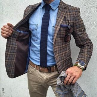 Wie kombinieren: braunes Wollsakko mit Schottenmuster, hellblaues Jeanshemd, beige Jeans, dunkelblaue Strick Krawatte