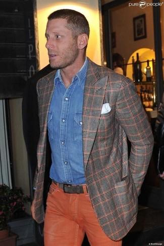 Wie kombinieren: graues Sakko mit Schottenmuster, blaues Jeanshemd, orange Jeans, weißes Einstecktuch