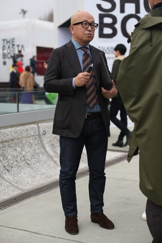 Wie kombinieren: dunkelbraunes Sakko, hellblaues Jeanshemd, schwarze Jeans, dunkelbraune Chukka-Stiefel aus Wildleder