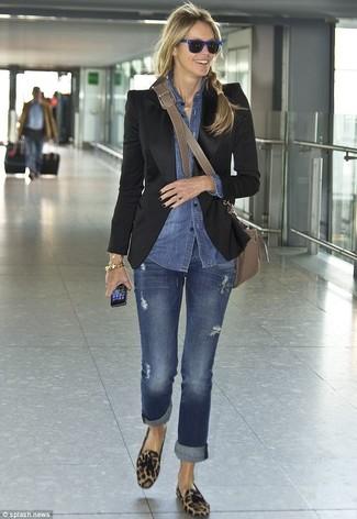 Wie kombinieren: schwarzes Sakko, blaues Jeanshemd, blaue Jeans, braune Wildleder Slipper mit Quasten mit Leopardenmuster