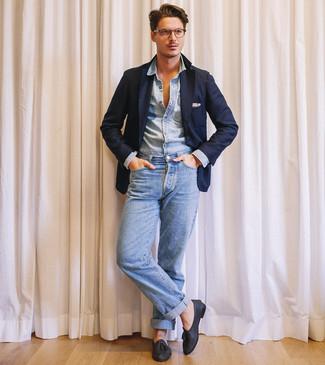dunkelblaues Sakko, hellblaues Jeanshemd, hellblaue Jeans, schwarze Leder Slipper mit Quasten für Herren