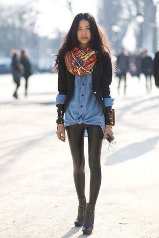 Wie kombinieren: schwarzes Sakko, blaues Jeanshemd, schwarze Lederleggings, schwarze Leder Stiefeletten