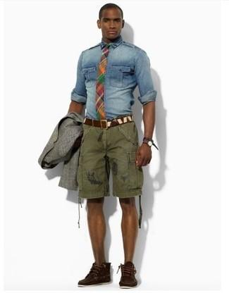 Wie kombinieren: graues Wollsakko, blaues Jeanshemd, olivgrüne Shorts, dunkelbraune Chukka-Stiefel aus Wildleder