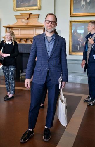 Wie kombinieren: dunkelblaues Sakko mit Schottenmuster, blaues Jeanshemd, graues T-Shirt mit einem Rundhalsausschnitt, dunkelblaue Chinohose