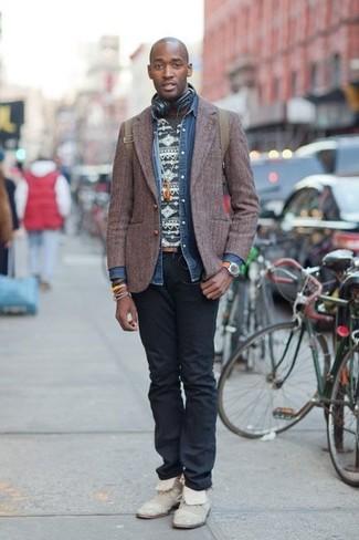 Wie kombinieren: dunkelbraunes Wollsakko, blaues Jeanshemd, dunkelgraues T-Shirt mit einem Rundhalsausschnitt mit Fair Isle-Muster, schwarze Jeans