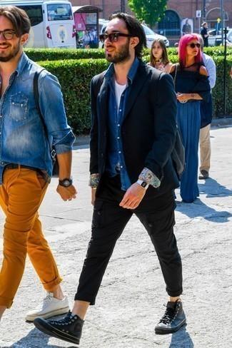 Blaues Jeanshemd kombinieren: trends 2020: Tragen Sie ein blaues Jeanshemd und eine schwarze Cargohose, um mühelos alles zu meistern, was auch immer der Tag bringen mag. Machen Sie diese Aufmachung leger mit schwarzen hohen Sneakers aus Leder.
