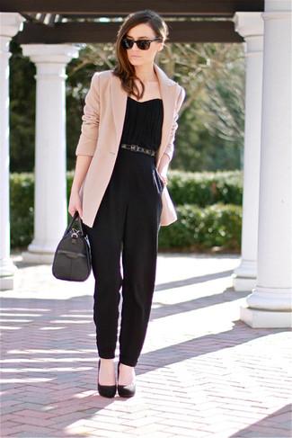 hellbeige Sakko, schwarzer Jumpsuit, schwarze Wildleder Pumps, schwarze Lederhandtasche für Damen