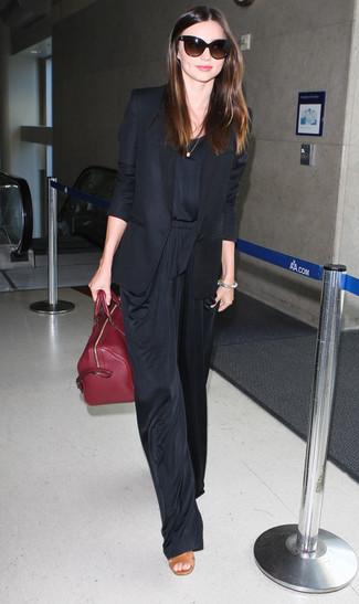 Miranda Kerr trägt Schwarzes Sakko, Schwarzer Jumpsuit, Beige Leder Sandaletten, Dunkelrote Shopper Tasche aus Leder