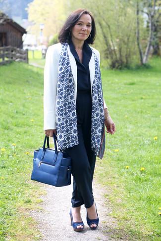 Wie kombinieren: weißes Sakko, dunkelblauer Jumpsuit, dunkelblaue Segeltuch Sandaletten, dunkelblaue Shopper Tasche aus Leder