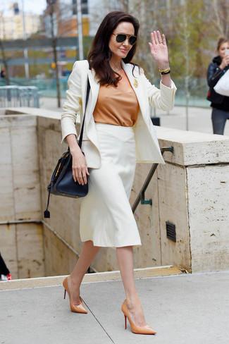 weißes Sakko, beige Kurzarmbluse, weißer Bleistiftrock, beige Leder Pumps für Damen