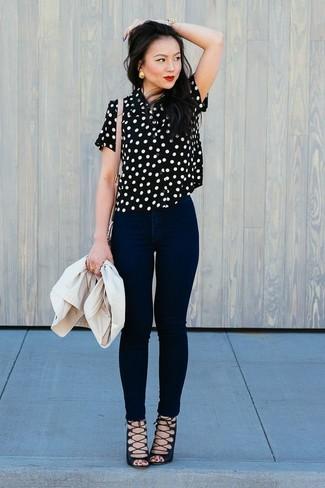 Wie kombinieren: hellbeige Sakko, schwarze und weiße gepunktete Kurzarmbluse, schwarze enge Jeans, schwarze Römersandalen aus Wildleder