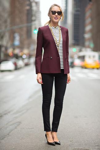 dunkelrotes Sakko, weiße und schwarze horizontal gestreifte Kurzarmbluse, schwarze enge Jeans, schwarze Leder Pumps für Damen