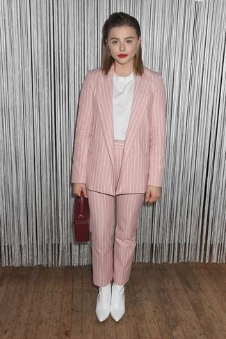 Weiße Kurzarmbluse kombinieren – 117 Damen Outfits: Vereinigen Sie eine weiße Kurzarmbluse mit einer rosa vertikal gestreiften Karottenhose für einen modischen Freizeit-Look. Dieses Outfit passt hervorragend zusammen mit weißen Leder Stiefeletten.
