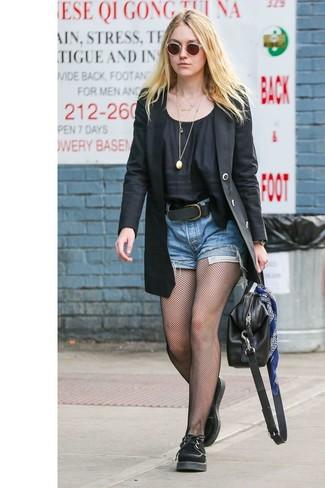 Wie kombinieren: schwarzes Sakko, schwarze Kurzarmbluse, blaue Jeansshorts, schwarze Wildleder Oxford Schuhe