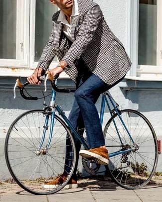 Wie kombinieren: schwarzes und weißes Sakko mit Vichy-Muster, weißes Kurzarmhemd, dunkelblaue Anzughose, rotbraune Wildleder niedrige Sneakers