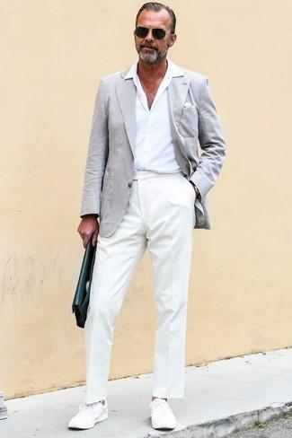 Schwarze und goldene Sonnenbrille kombinieren: trends 2020: Für ein bequemes Couch-Outfit, vereinigen Sie ein graues Sakko mit einer schwarzen und goldenen Sonnenbrille. Ergänzen Sie Ihr Outfit mit weißen niedrigen Sneakers, um Ihr Modebewusstsein zu zeigen.
