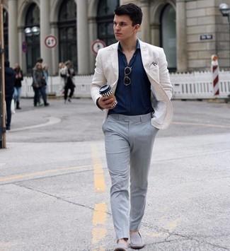 Einstecktuch kombinieren – 500+ Herren Outfits: Für ein bequemes Couch-Outfit, vereinigen Sie ein weißes Sakko mit einem Einstecktuch. Vervollständigen Sie Ihr Outfit mit grauen Wildleder Slippern, um Ihr Modebewusstsein zu zeigen.