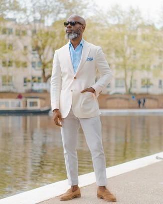 Goldene Uhr kombinieren – 1092+ Herren Outfits: Tragen Sie ein weißes Sakko und eine goldene Uhr für einen entspannten Wochenend-Look. Entscheiden Sie sich für beige Wildleder Slipper, um Ihr Modebewusstsein zu zeigen.