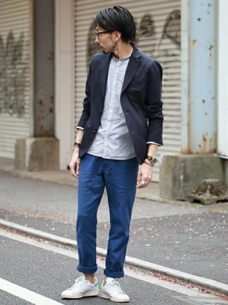 Weiße und grüne Leder niedrige Sneakers kombinieren – 76 Herren Outfits: Paaren Sie ein dunkelblaues Sakko mit einer blauen Chinohose, um einen eleganten, aber nicht zu festlichen Look zu kreieren. Suchen Sie nach leichtem Schuhwerk? Komplettieren Sie Ihr Outfit mit weißen und grünen Leder niedrigen Sneakers für den Tag.
