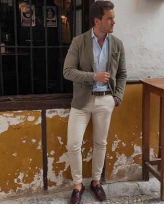 Sakko kombinieren – 500+ Herren Outfits: Paaren Sie ein Sakko mit einer hellbeige Chinohose für Drinks nach der Arbeit. Suchen Sie nach leichtem Schuhwerk? Wählen Sie dunkelroten Leder Mokassins für den Tag.